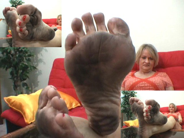 Mature shows her dirty feet